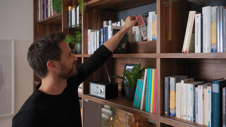 Bücherregal cubus aus Naturholz in Nussbaum