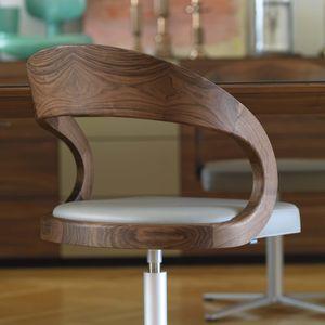 Chaise pivotante girado avec pieds en croix et dossier en bois naturel