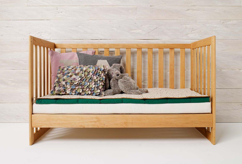 Lit à barreaux mobile en bois massif, peut également servir de canapé