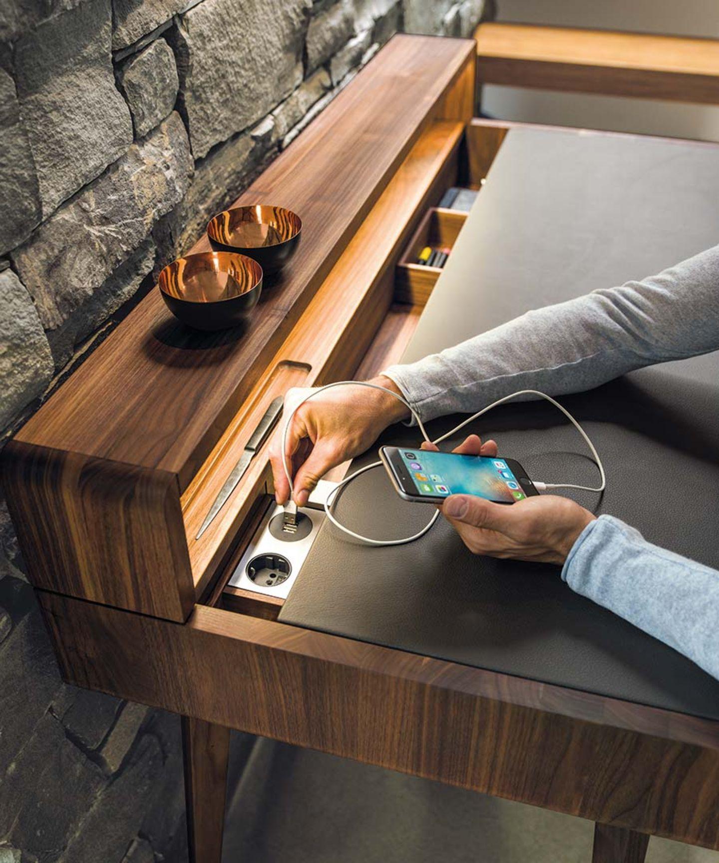 Scrivania sol con prese di corrente integrate e presa USB