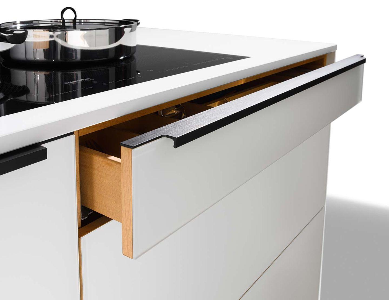 Designerküche linee mit ergonomisch geformtem Griffprofil