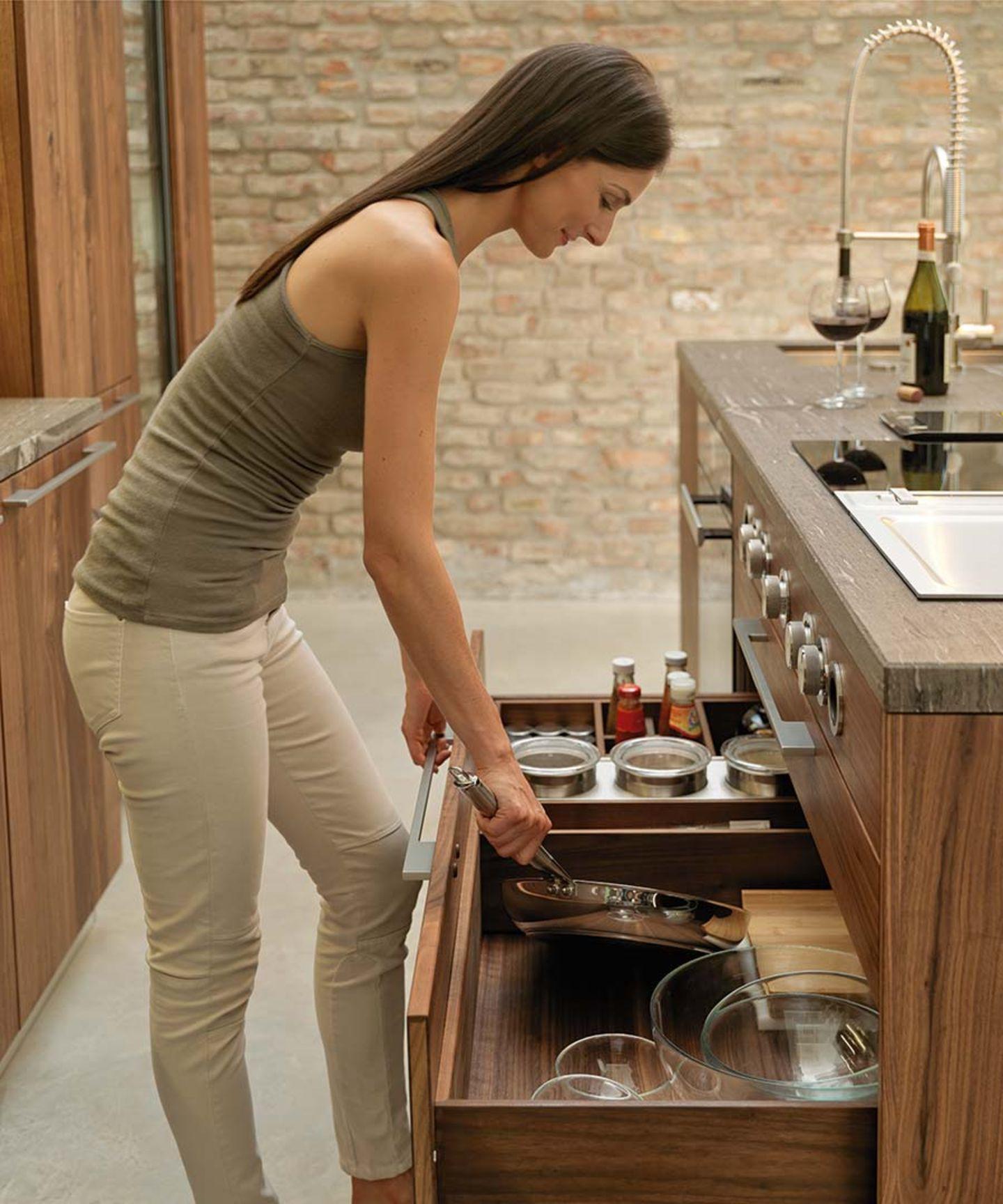 Cucina in legno naturale loft con pratica suddivisione interna dei cassetti