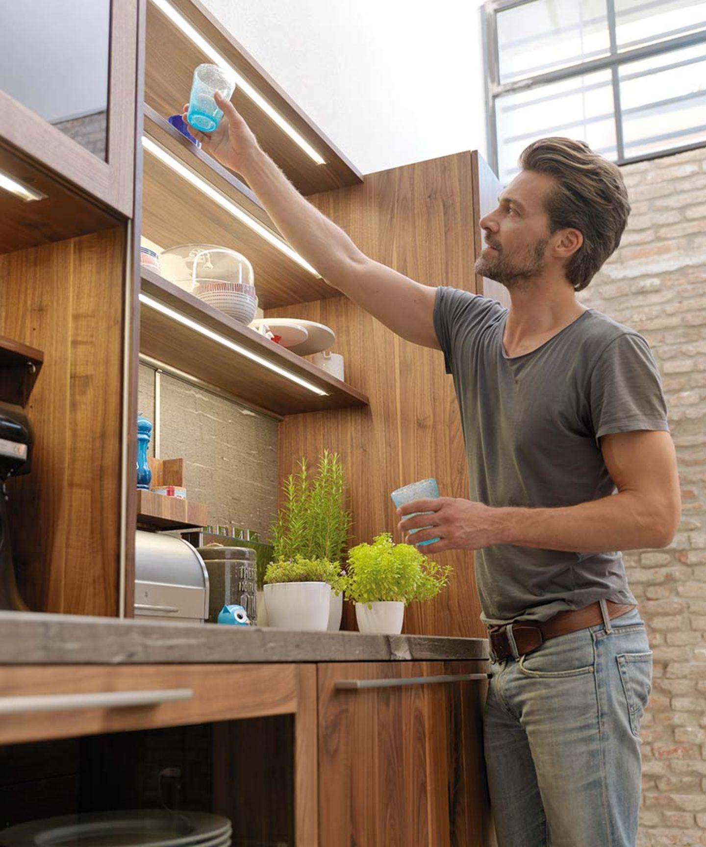 Cucina loft in legno massello con mensole