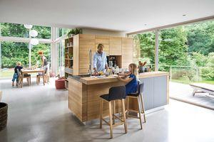 Cucina in legno massello in rovere con sgabello ark di TEAM 7