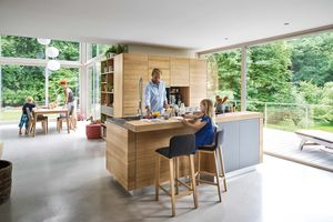 Solid wood linee kitchen in oak with ark bar stool by TEAM 7