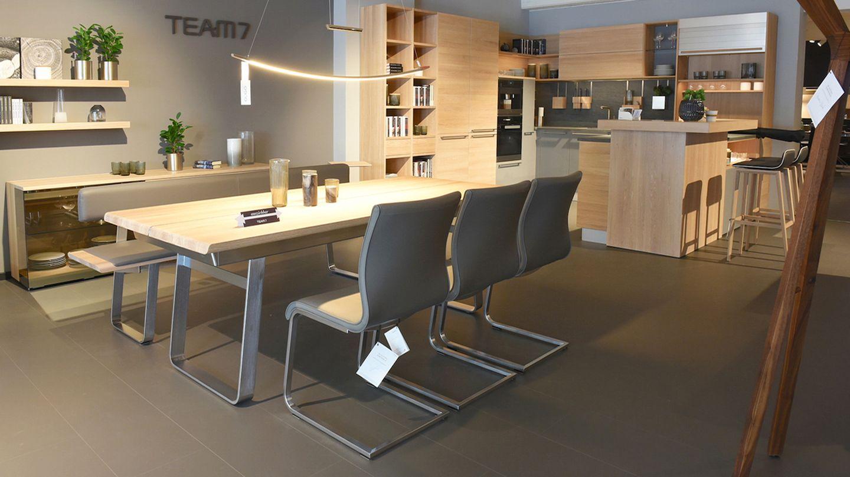 nox Tisch mit Metallkufen und magnum Freischwinger Stühlen
