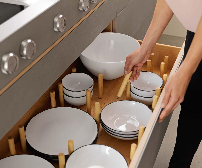 Cucina in legno filigno con base portapiatti e distanziatori