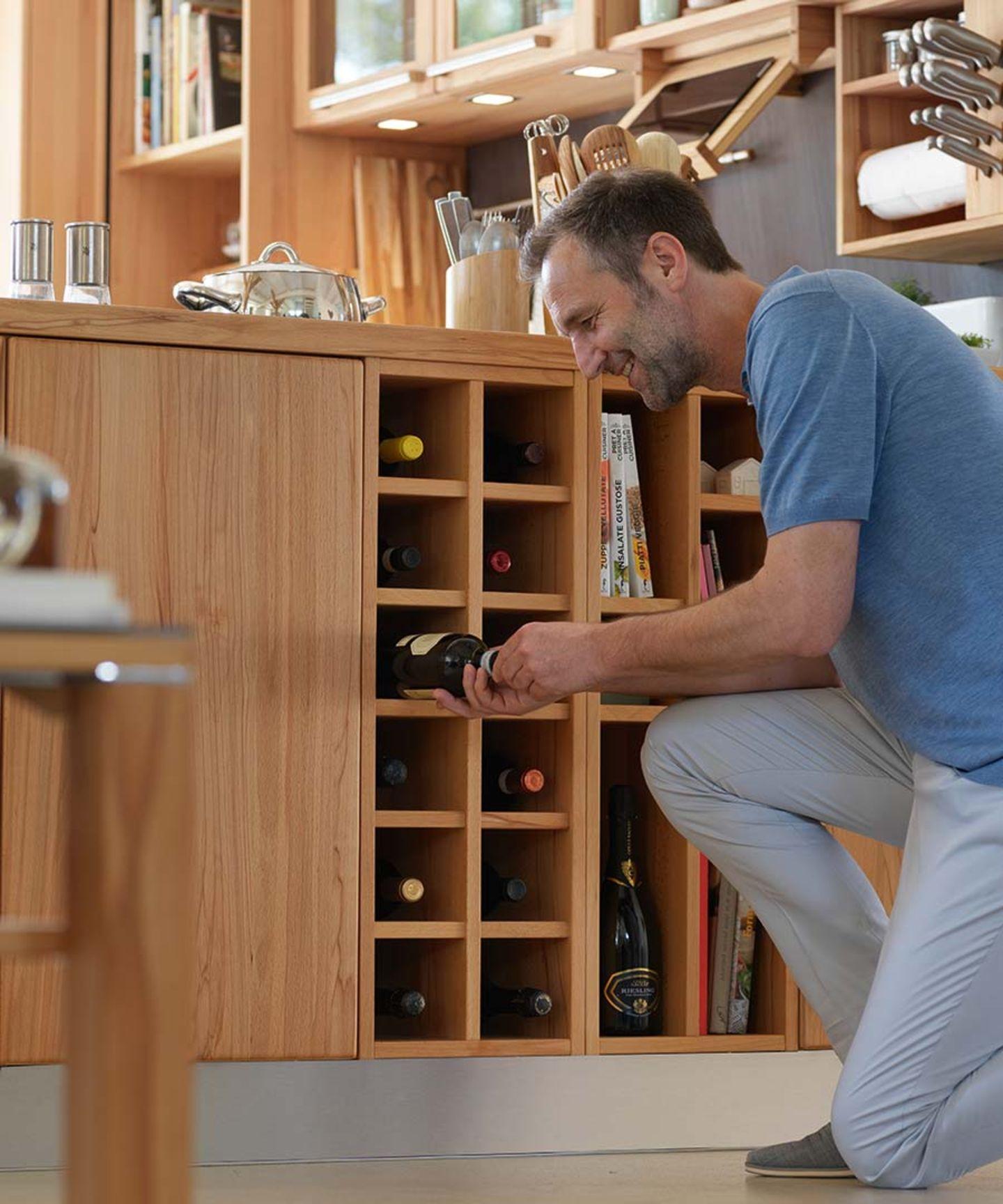 Cucina rondo in legno naturale con scaffale integrato