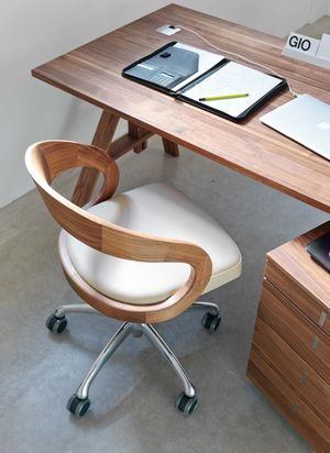 Chaise pivotante girado en cuir et en bois naturel