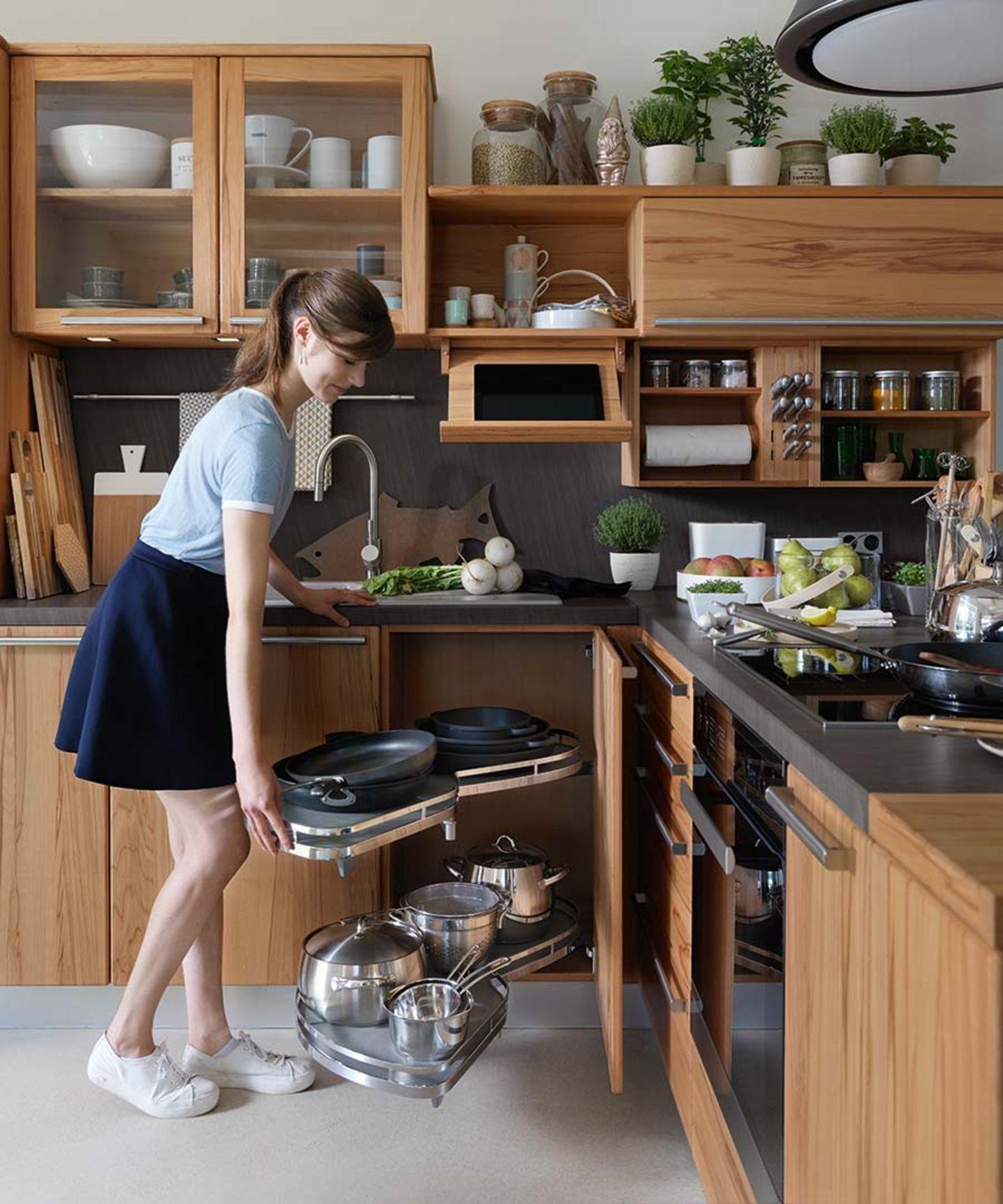 Cucina rondo in legno massello con armadio angolare e pratico elemento estraibile