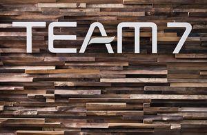 Wandverkleidung Waldkante mit TEAM 7 Logo