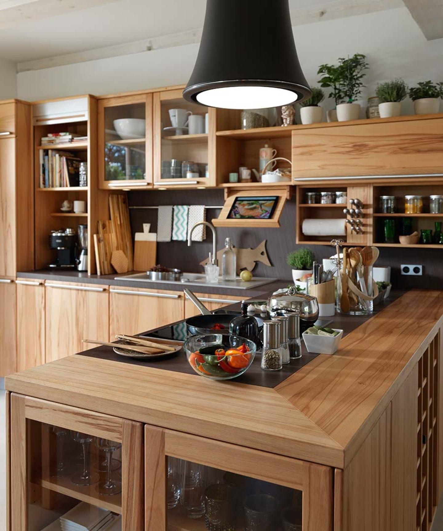 Cucina in legno rondo con leggio in legno naturale per libri di ricette