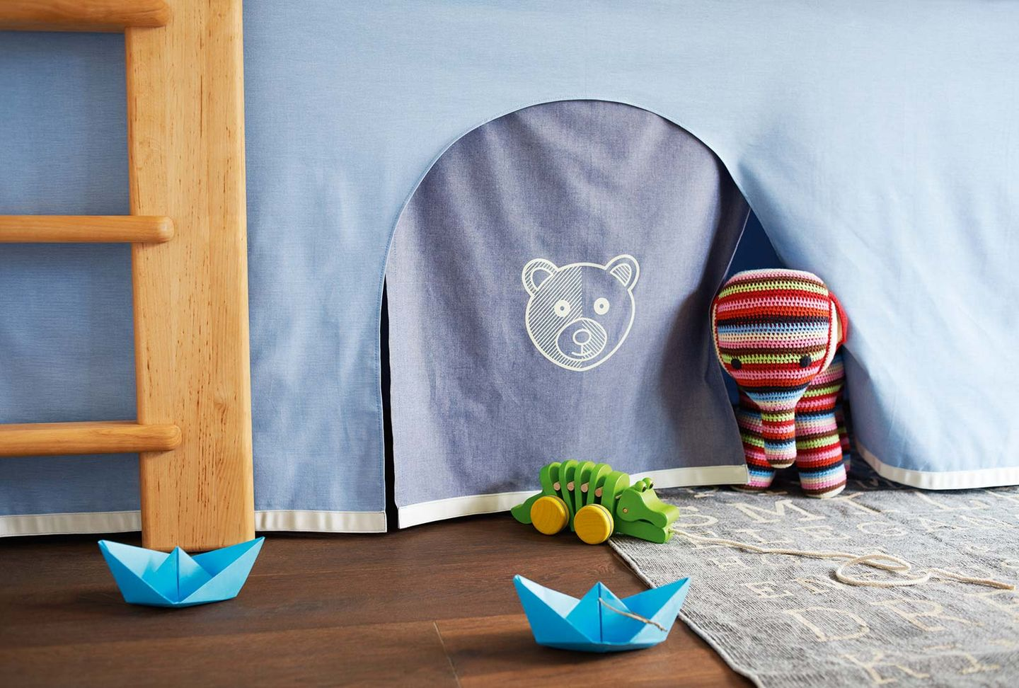 mobile kid's room in the colour world blue for bear