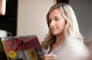 Frau beim Lesen einer Zeitschrift