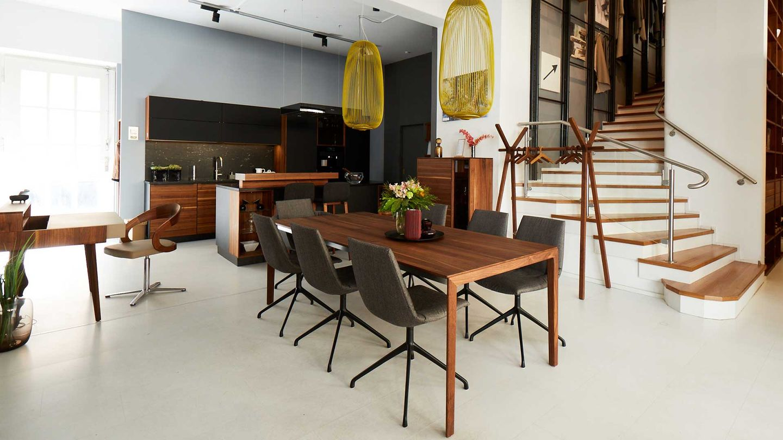 tak Esstisch mit lui Stühlen und sol Sekretär mit girado Stuhl in Nussbaum.