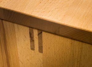 Ingresso cubus in legno massello con dettagli artigianali
