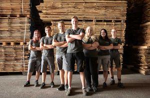 TEAM 7 Mitarbeiter im Holzlager