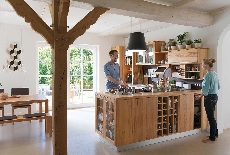 Cucina in legno massello rondo con zona pranzo loft