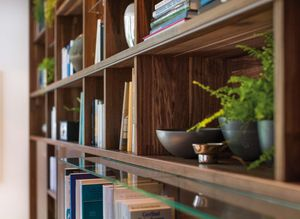 Libreria cubus in legno massello con dettagli artigianali