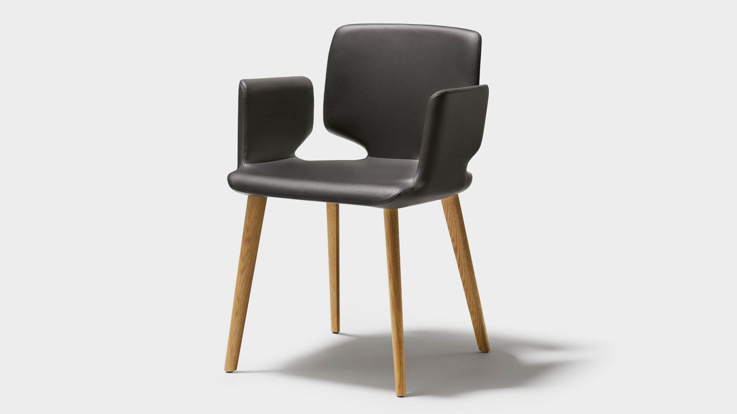 aye chair in leather with solid wood legs in oak