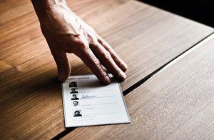 TEAM 7 Qualitäts-Zertifikat auf Holzuntergrund
