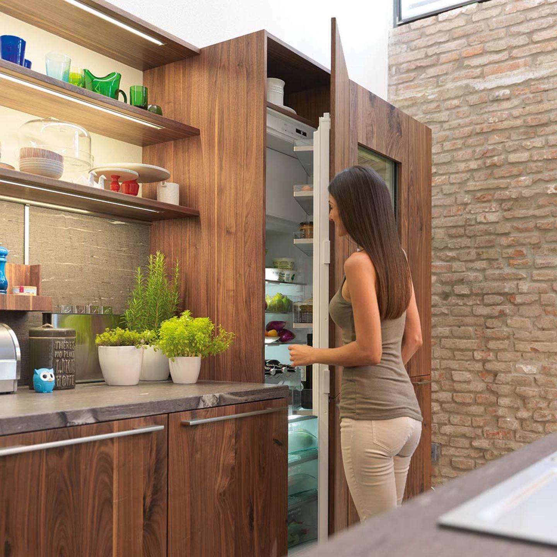 Cuisine en bois massif loft avec vaste espace de rangement