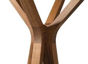 Вешалка для одежды hood напоминает своими деталями крону дерева