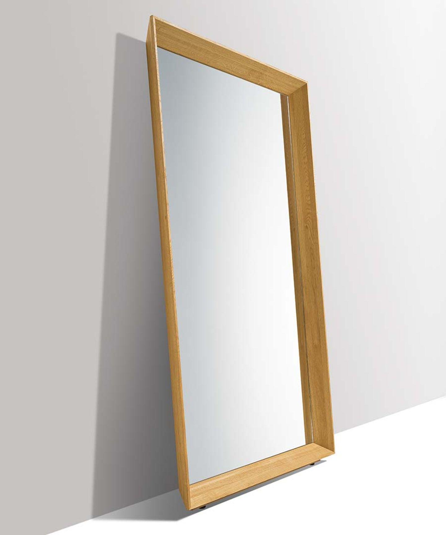 Прихожая haiku со стоящим у стены зеркалом и страховкой от наклона