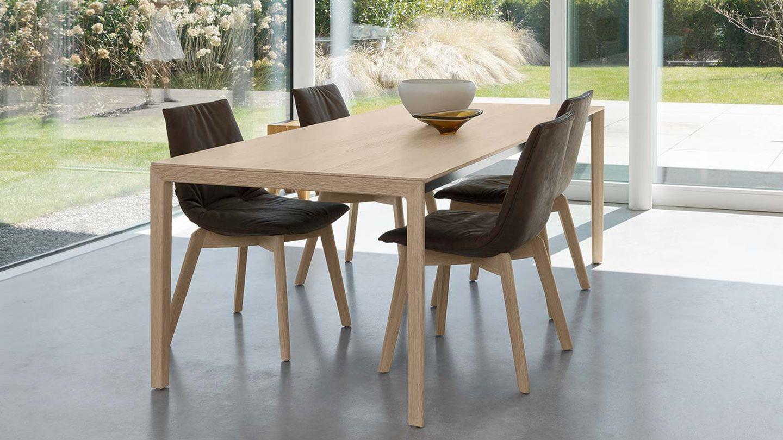 Esstisch tak mit Holzfüße und lui Stühle.