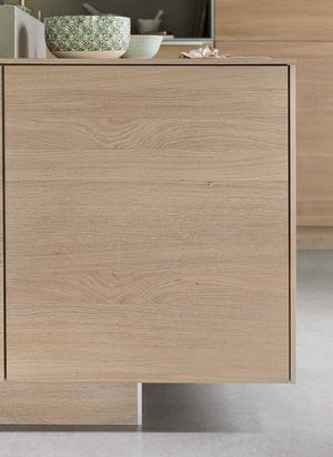 Cucina filigno in legno massello con elegante rivestimento