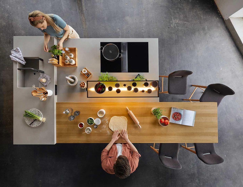 echt.zeit Küche mit Arbeitsbereichen in drei verschiedenen Höhen