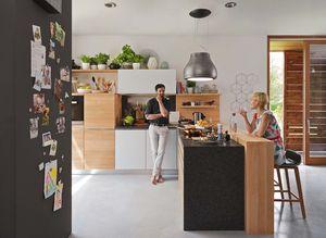 Vollholzküche l1 mit Barelement und ark Barhocker