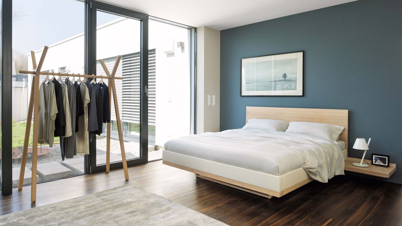 riletto Bett und hood+ Kleiderständer in Eiche Weißöl