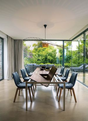 tak extendable table in walnut with lui chairs in leather