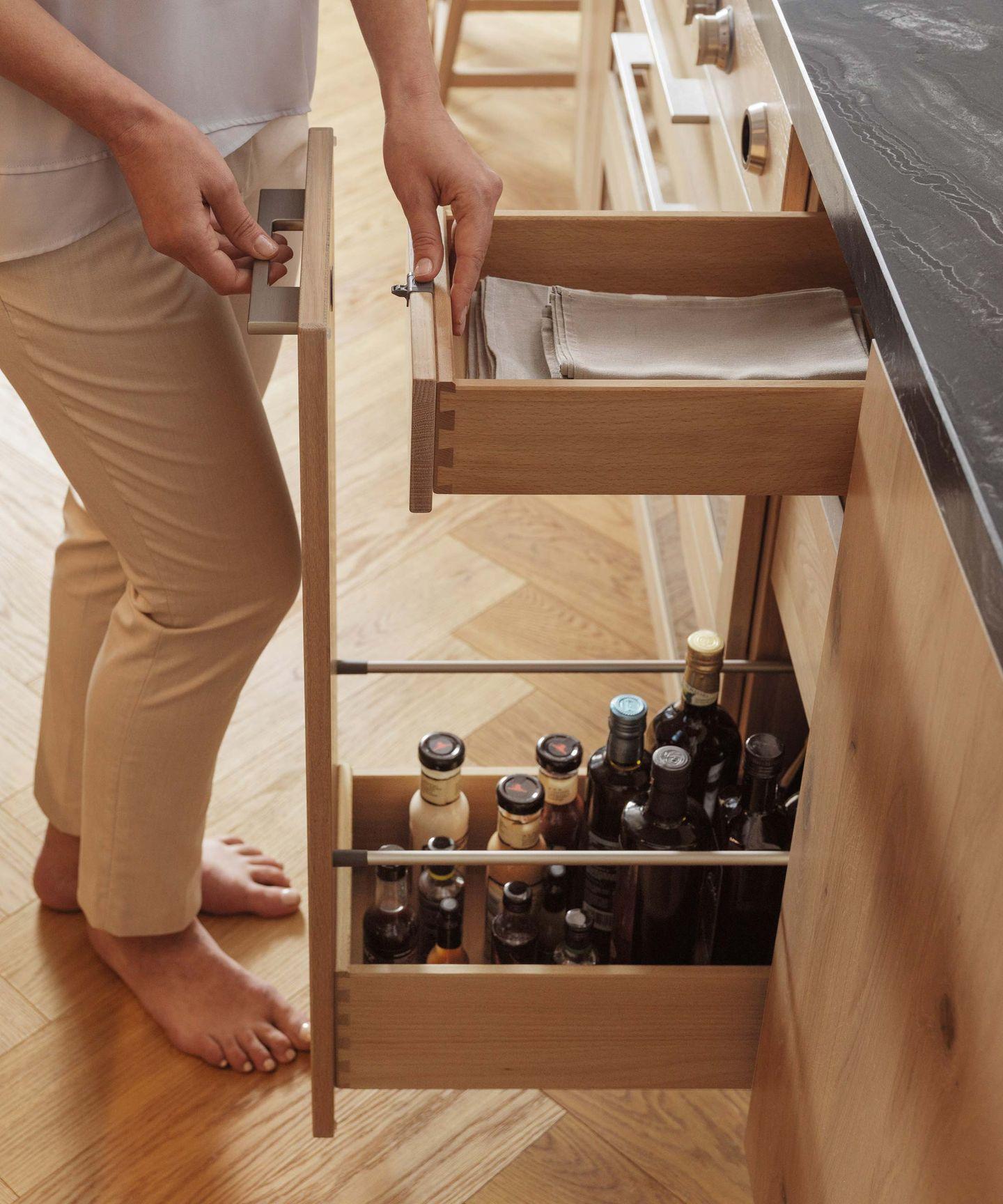 Cucina in legno naturale loft con cassetti aperti