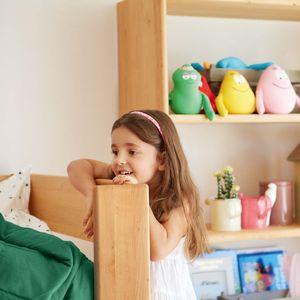 Letto a soppalco mobile in legno naturale con bambino che gioca