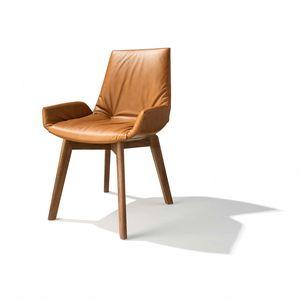 Vista frontale della sedia lui plus in pelle color seppia