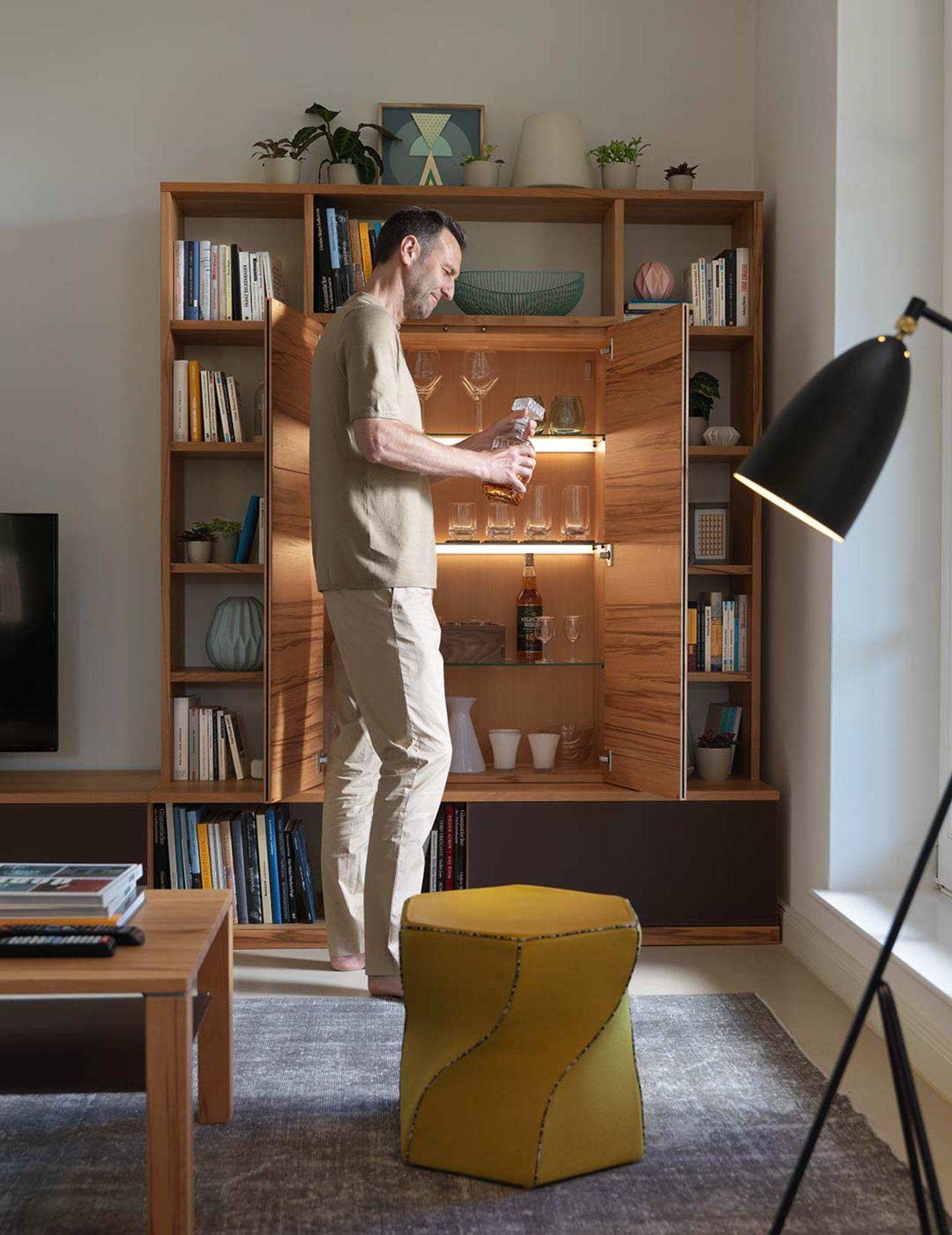 Wohnwand cubus aus Echtholz mit integriertem Regal