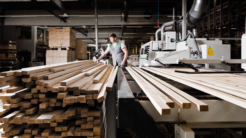 Production de meubles chez TEAM 7 - fabrication des panneaux