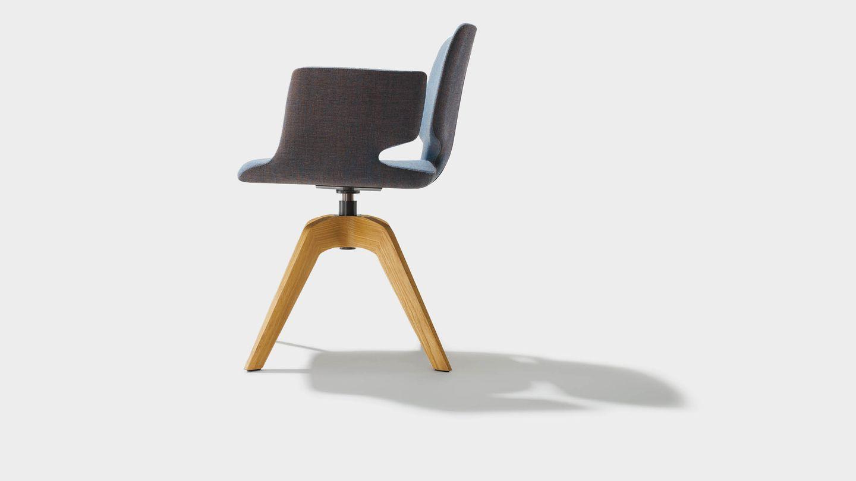 """Вращающееся кресло """"aye"""" из текстиля, на четырёх ножках и с подлокотниками, вид сбоку"""