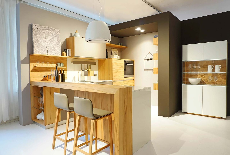l1 Küche mit Glasfronten und Naturholz bei TEAM 7 München