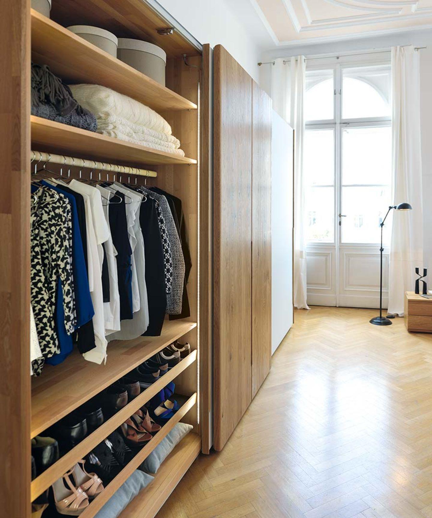 Armoire à portes coulissantes nox avec agencement intérieur en bois naturel