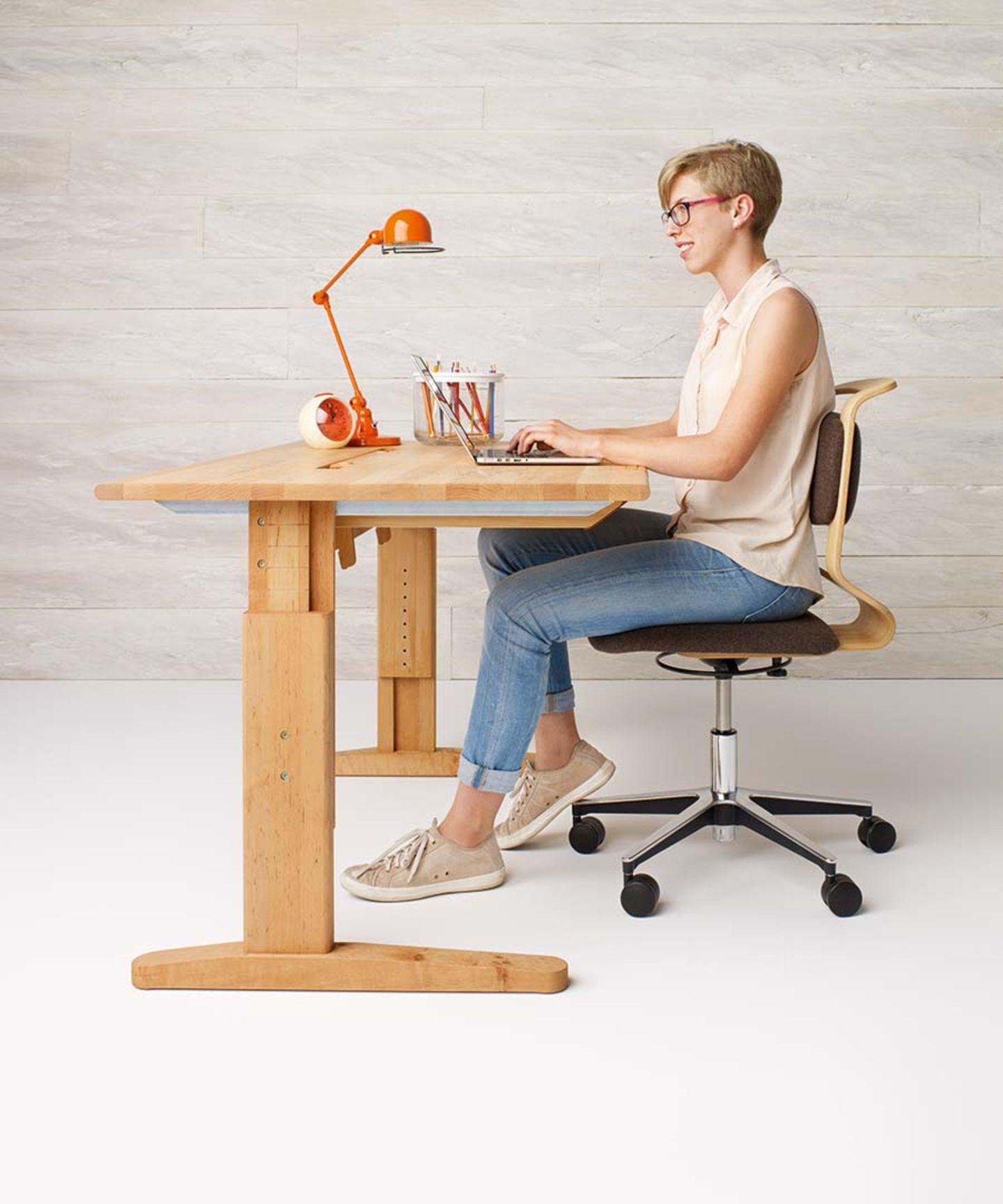 Höhenverstellbarer Schreibtisch mobile aus Naturholz