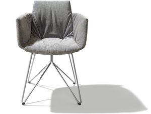 chaise capitonnée grand lui avec accoudoirs et plis marquants de TEAM7