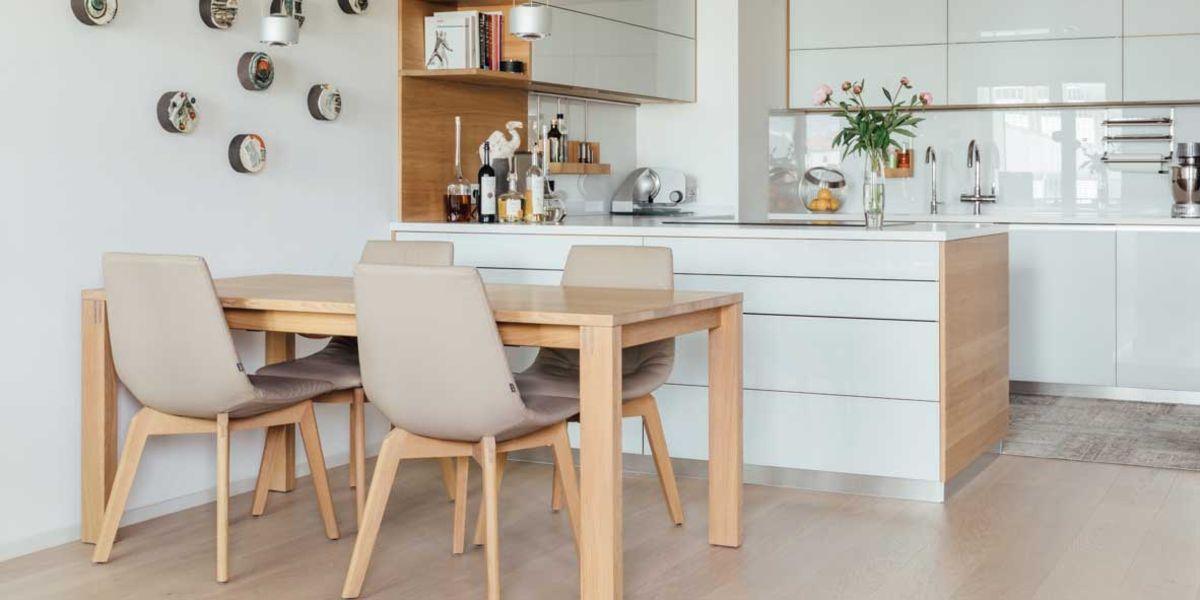 magnum Tisch mit lui Stühlen in Eiche Weißöl von TEAM 7 Wien