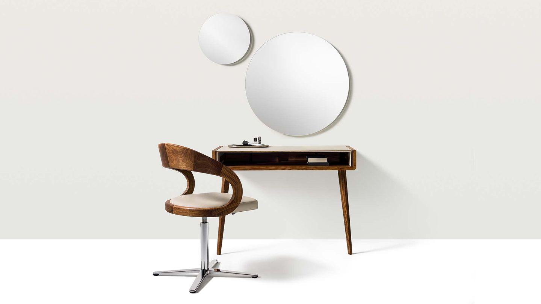 Bureau design sol en bois avec chaise girado