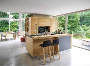 linee Massivholzküche mit cubus Regal und ark Barhocker