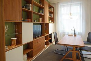 cubus Regal mit Schiebetüren und atelier Schreibtisch
