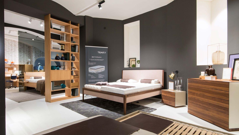 mylon Bett mit riletto Beimöbel in Nussbaum im TEAM 7 Store in Wien