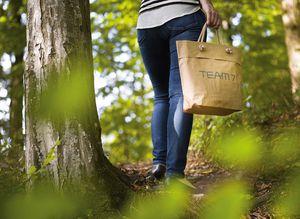 Человек в лесу с сумкой от TEAM 7